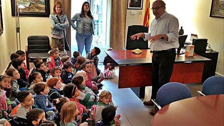 Els nens de P4 coneixen l'Ajuntament de Torroella