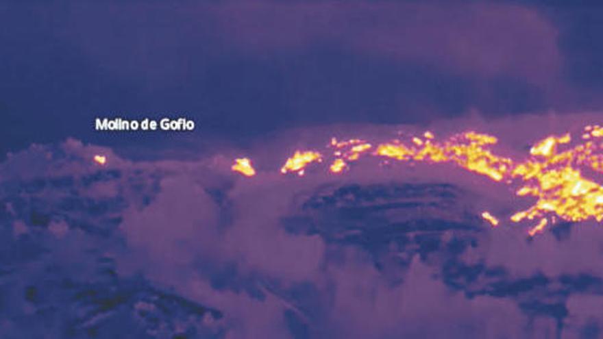 El operativo contra incendios suma un dron a los trabajos para su extinción