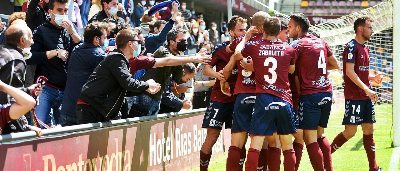 Los jugadores del Pontevedra celebran con la afición de Fondo Norte el primer gol del partido, obra de Jorge Fernández.    // GUSTAVO SANTOS