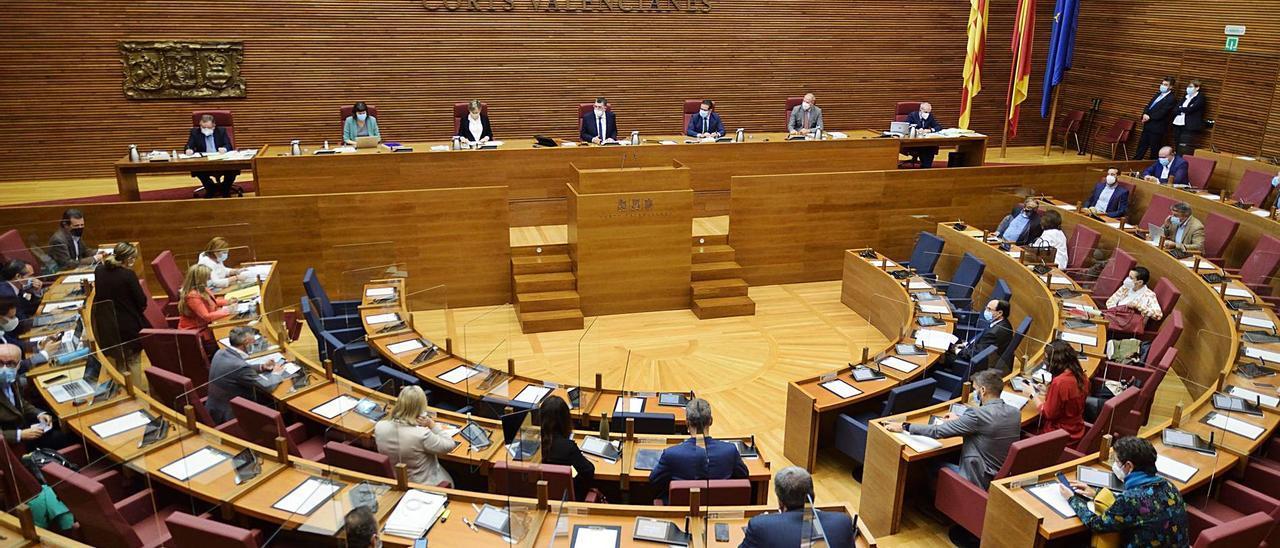 Pleno de las Corts, ayer, en  el debate de las enmiendas   a la totalidad de los  presupuestos .  e.p.