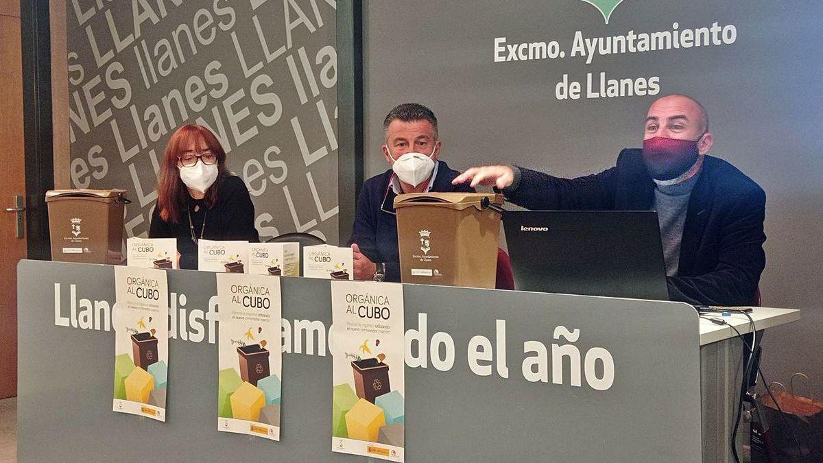 De izquierda a derecha, Begoña Honrado, Juan Carlos Armas y Marcelino de la Fuente, ayer, presentando el nuevo contenedor en el Ayuntamiento de Llanes.
