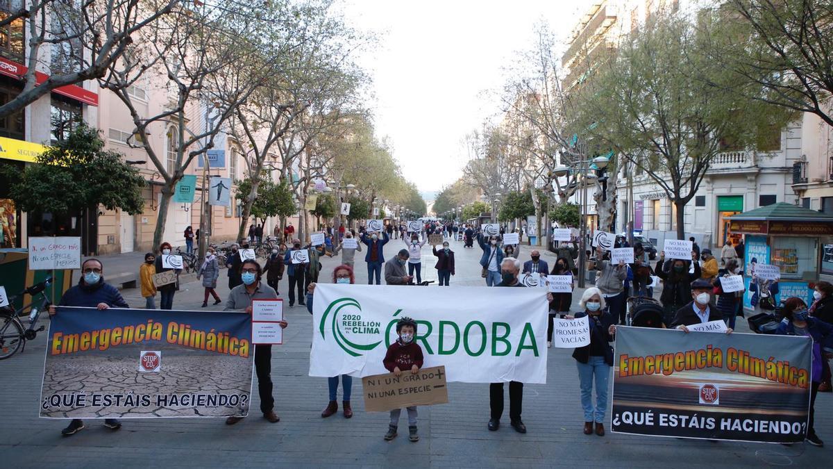 Manifestación por el cambio climático convocada por Rebelión por el Clima Córdoba en el bulevar Gran Capitán.