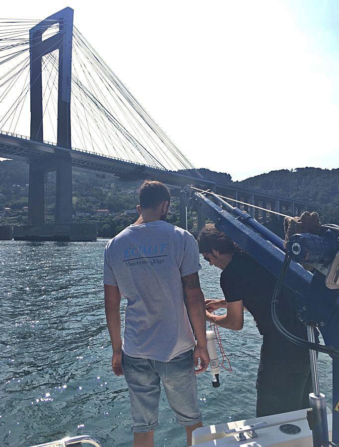 Investigadores del proyecto Subacid sobre aguas subterráneas en la Ría de Vigo