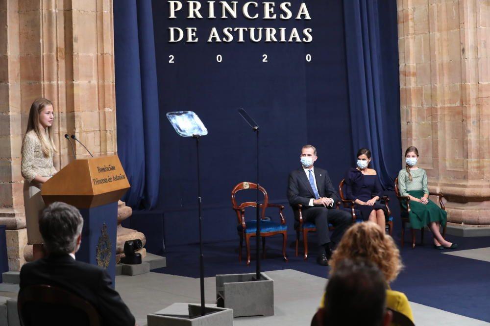 Los Reyes y la Infanta observan a la Princesa Leonor durante su discurso.