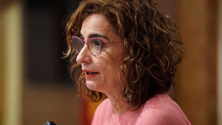 """Montero acusa a Ayuso de hacer """"populismo fiscal"""" con la eliminación de los impuestos propios"""