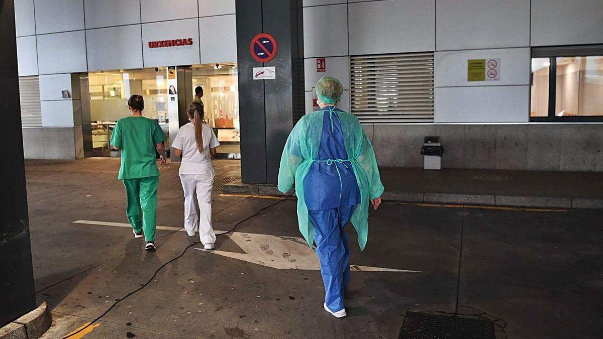 Sanitarios en los accesos del Servicio de Urgencias del Hospital Universitario de A Coruña.