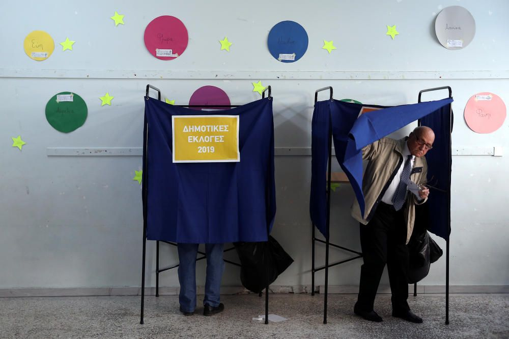 People vote for the European and local elections ...