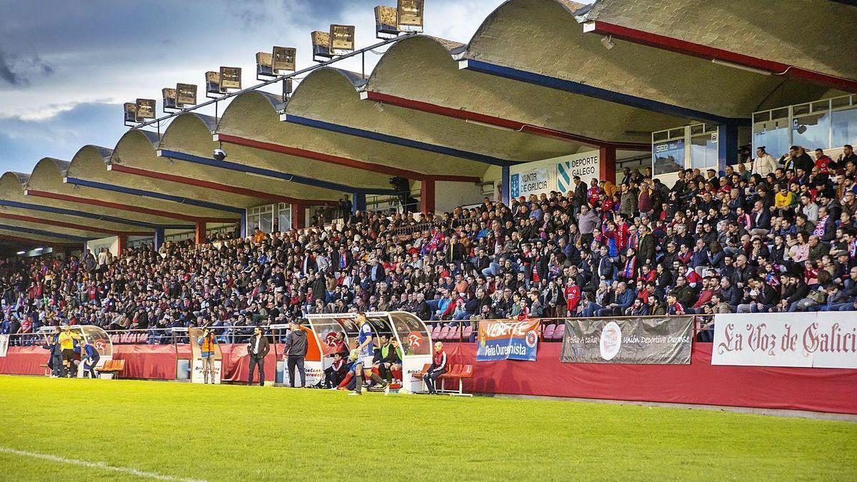 La tribuna del estadio de O Couto, en febrero, durante el segundo derbi del curso entre los dos equipos ourensanos de Tercera.