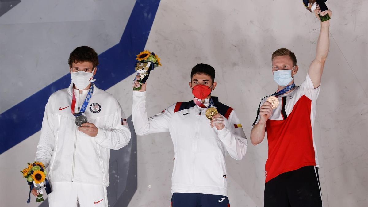 El español Alberto Ginés (c-oro), el estadounidense Nathaniel Coleman (d-plata) y el austriaco Jakob Schubert (d-bronce) celebran en el podio de escalada deportiva