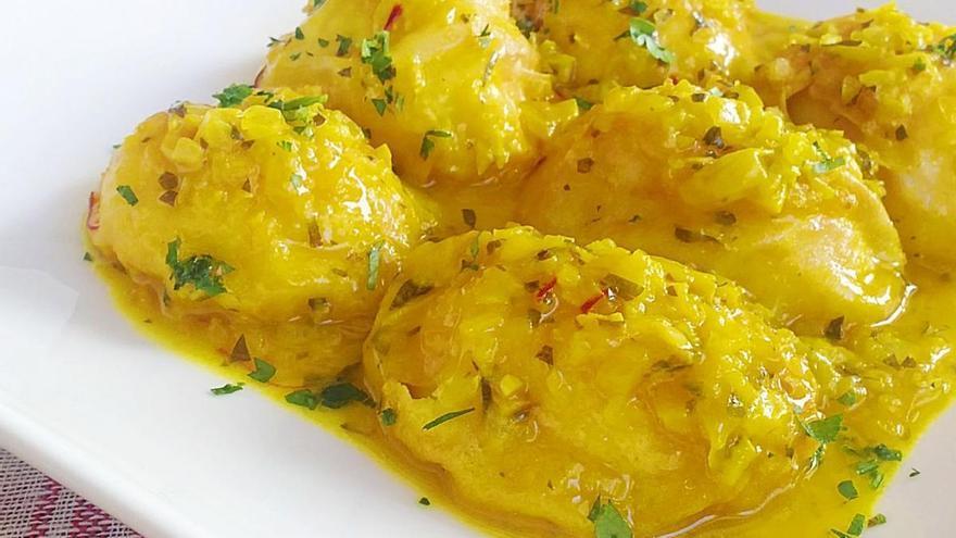 Huevos en salsa de azafrán, una propuesta para chuparse los dedos