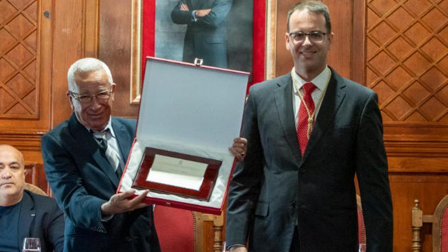 El decano de los periodistas gomeros recibe el premio Méritos Humanos