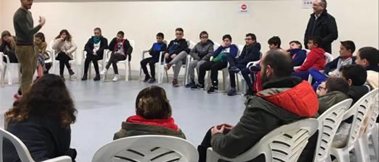 El coreógrafo, con los alumnos del centro.