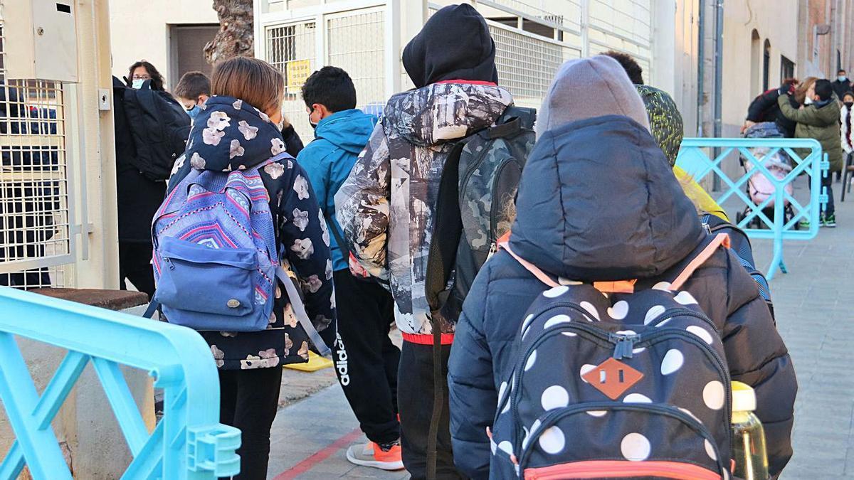 Un grup d'alumnes entrant en una escola de Figueres en una foto d'arxiu.    ACN