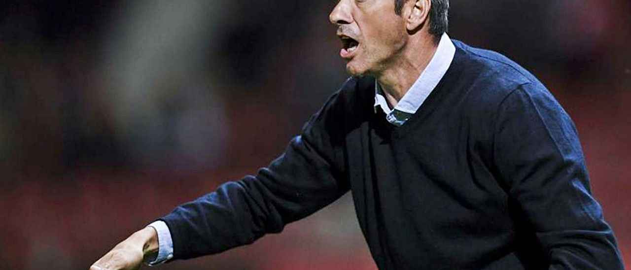 El preparador Pep Martí, en una imagen de esta campaña liguera, dando indicaciones a los jugadores del CD Leganés.  | | EFE