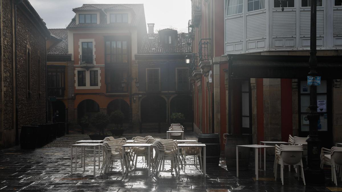 Terraza vacía en un establecimiento hostelero del Carbayedo.