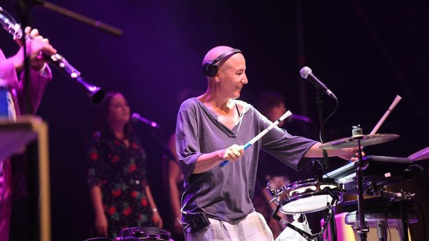 Panderetas, versiones y nervios en el concierto de Mercedes Peón en María Pita