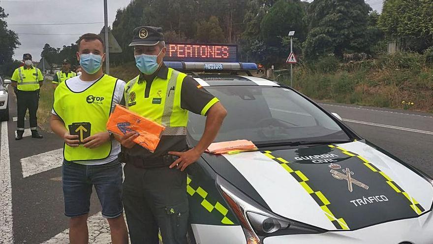 Guardia Civil y víctimas de tráfico reparten chalecos en los puntos negros del Camino