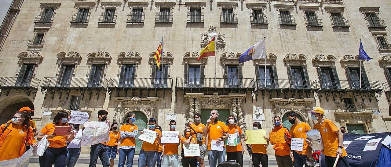 Protesta de las AMPAs el sábado ante el Ayuntamiento por el retraso del plan Edificant.