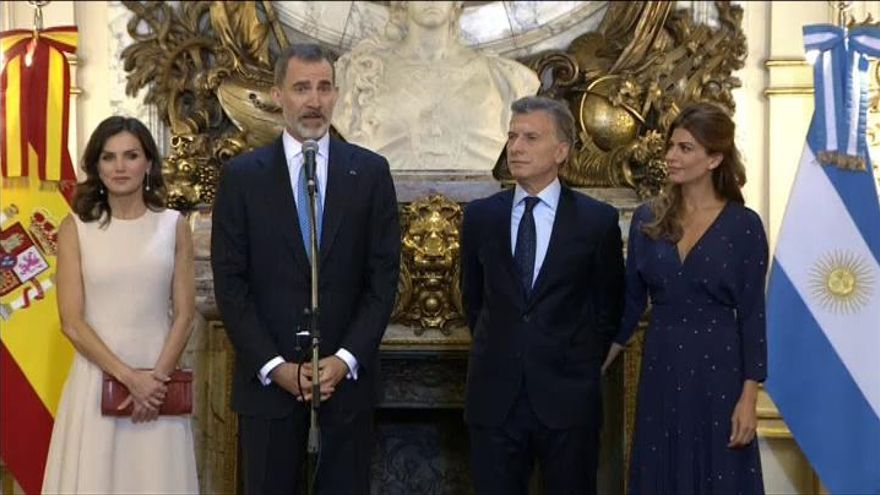 Los Reyes muestran en su viaje a Argentina el apoyo a las reformas de Macri