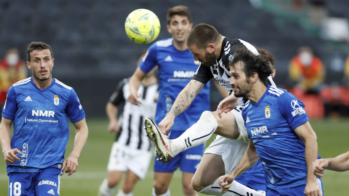 Alejandro Arribas desvía a gol el centro de Rubén Díez, en el Castellón-Oviedo.