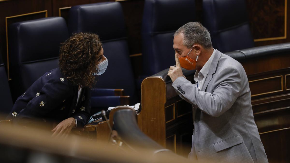 El diputado de Compromís, Joan Baldoví, levanta el dedo ante la ministra María Jesús Montero.