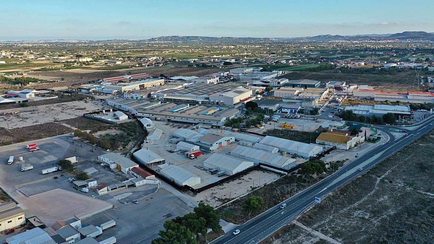 Los empresarios del polígono de Orihuela exigen mejor limpieza y más contenedores