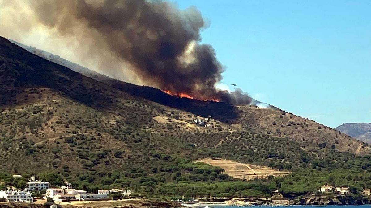 Les flames de l'incendi de Llançà vistes des d'El Port de la Selva aquest 16 de juliol del 2021 (Horitzontal)