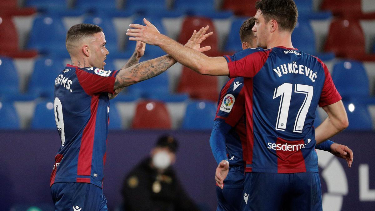 El delantero del Levante Roger Marti celebra un gol.