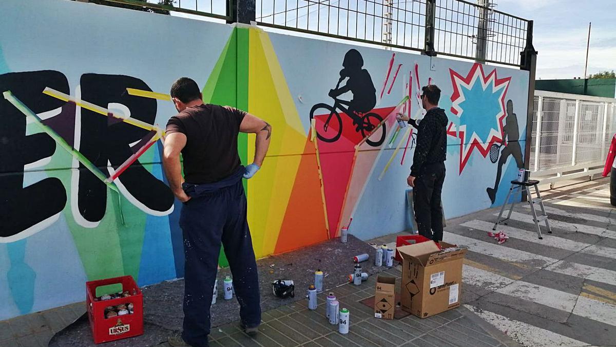 «El Bice» ha dado forma al nuevo grafiti. | AYUNTAMIENTO CANET
