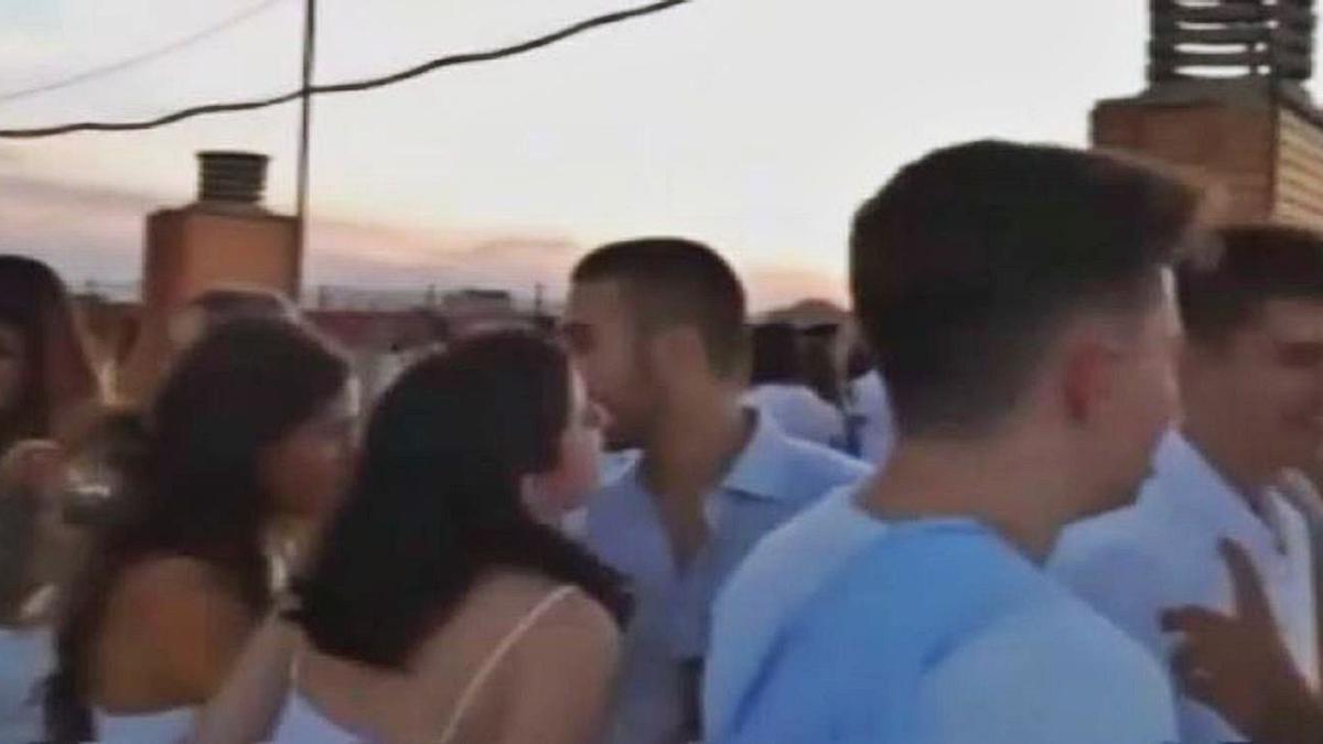 Fotograma extraído de uno de los vídeos de la fiesta ibicenca que han circulado en redes. | LEVANTE-EMV