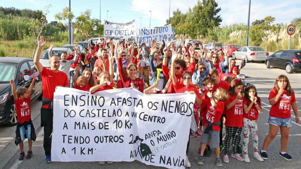 Concentración de los padres de alumnos del CEIP de Navia pidiendo un IES en el barrio. // Marta G. Brea