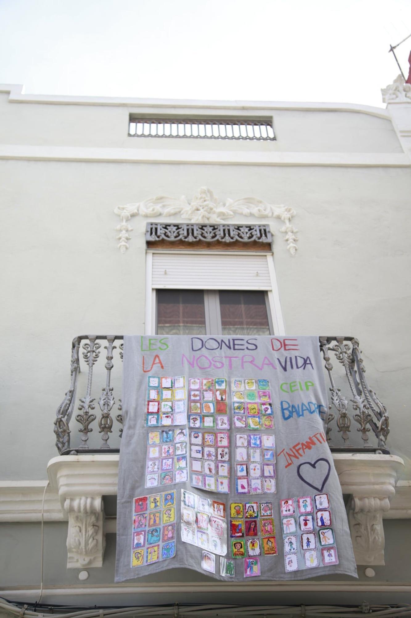 El feminismo   se reivindica   en los balcones   de Picanya