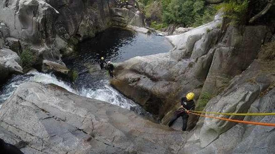 Ponte Caldelas oferta una sesión de barranquismo en el Verdugo