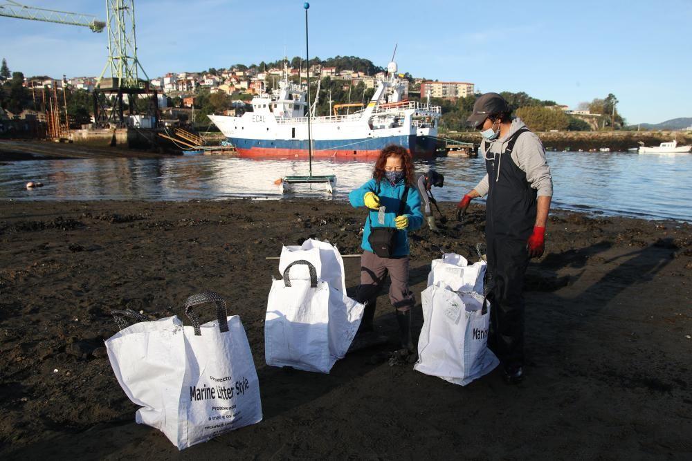 Los mariscadores de la Cofradía de Vigo limpiando la playa de Ríos de la ETEA. // R. Grobas