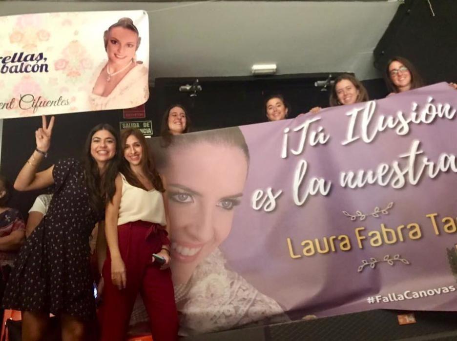 Falleras de Salamanca-Conde Altea con la pancarta de Laura Fabra.