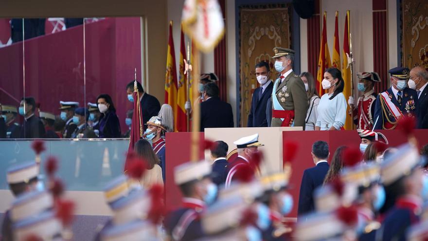 El Rey preside el desfile militar de la Fiesta Nacional
