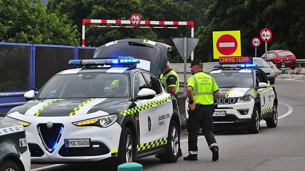 Patrullas de la Guardia Civil de Tráfico durante un control en carretera.