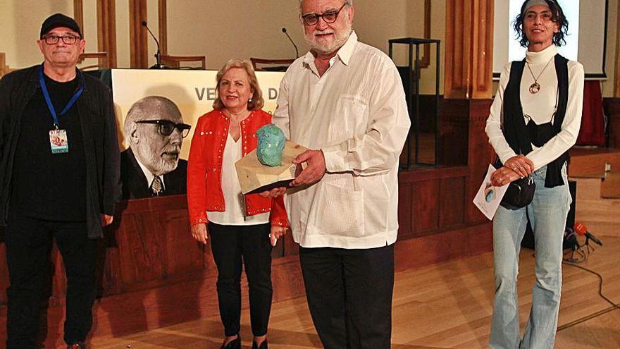 El cineasta mexicano Iván Trujillo recogió el premio Veliano de Honra del OUFF