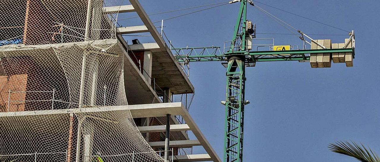 Un edificio en construcción en la ciudad de Alicante.  | PILAR CORTÉS