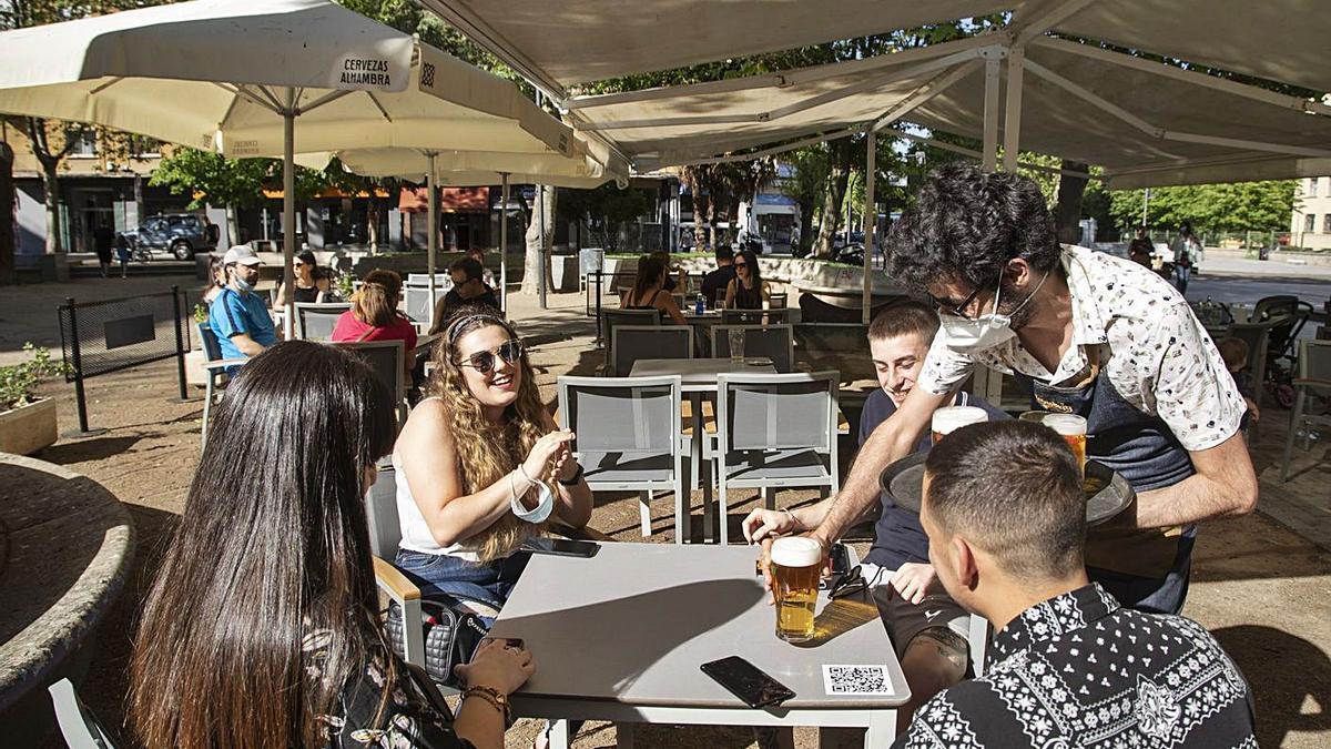 Un grupo de jóvenes toman unas cervezas en un bar de la capital.