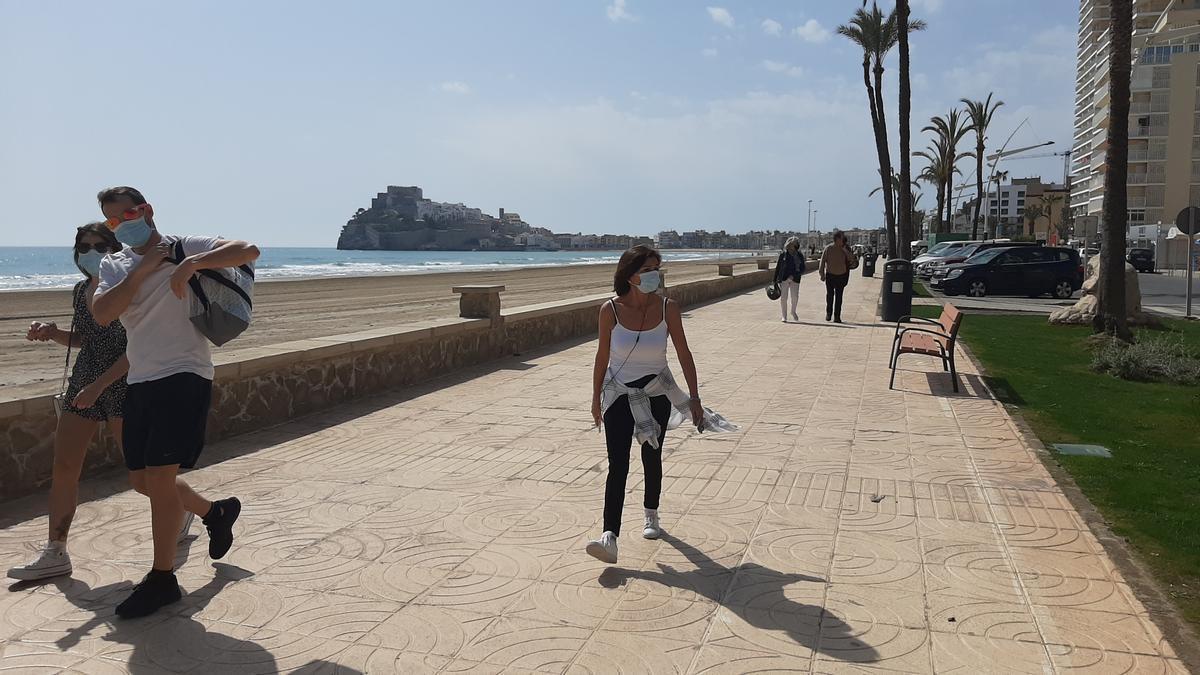 El buen tiempo anima a pasear por playas como la de Peñíscola