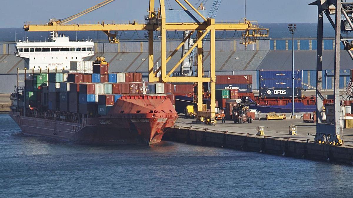 Un barco cargado de contenedores en la terminal de El Musel.
