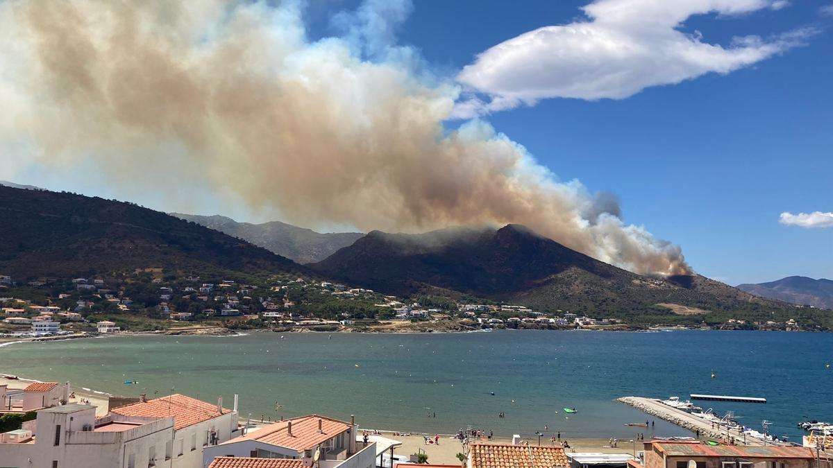 Pla general de l'incendi de Llançà vist des d'El Port de la Selva aquest 16 de juliol del 2021 (Horitzontal)