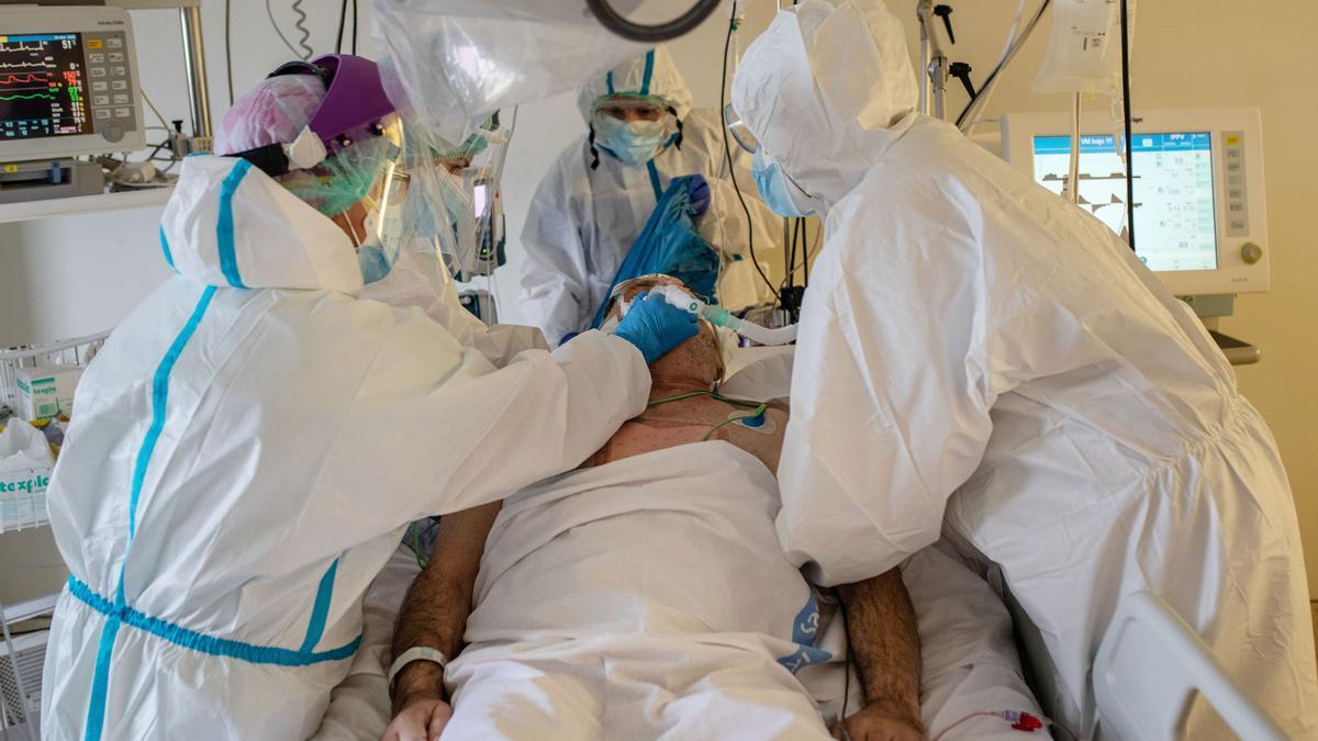 El equipo de la UCI atiende a uno de los enfermos de coronavirus ingresados en el Hospital Virgen de la Concha de Zamora.