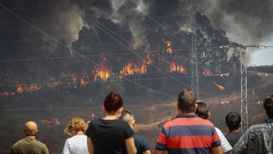 Los desalojados por el incendio de Almonaster la Real se elevan a 3.150 personas