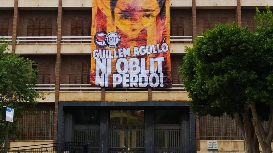 VÍDEO | Polémica por la retirada de la pancarta de Guillem Agulló en Borrull