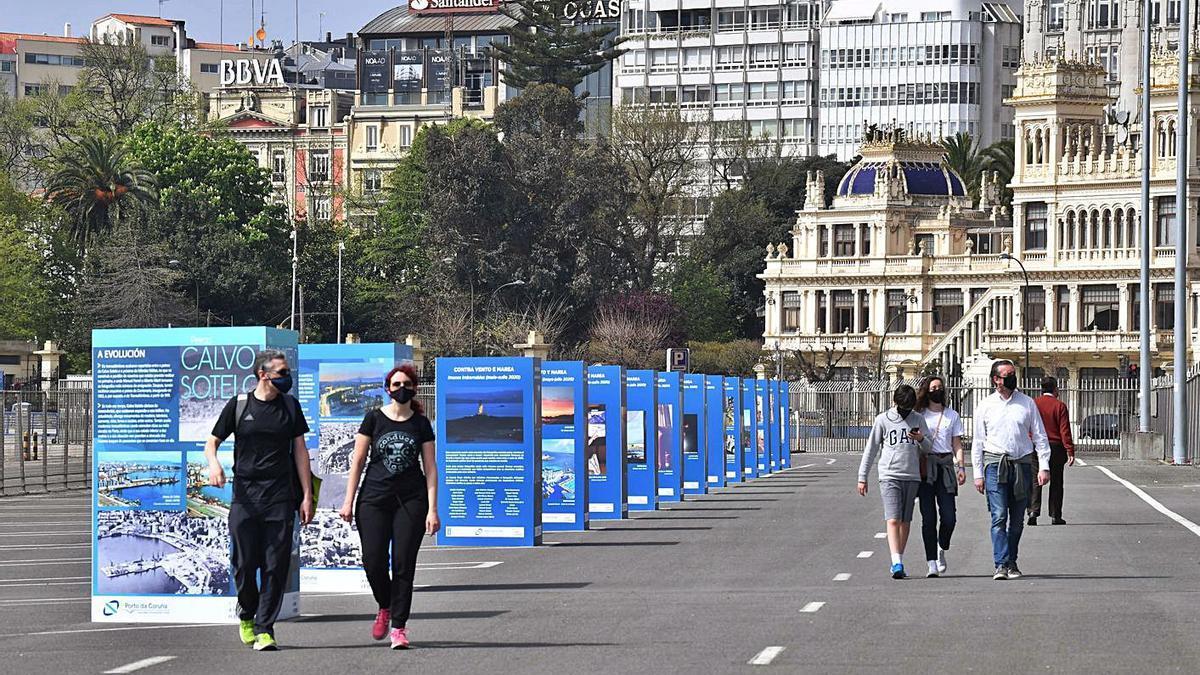 Peatones pasean por el muelle de Trasatlánticos tras su reapertura este año.   | // VÍCTOR ECHAVE