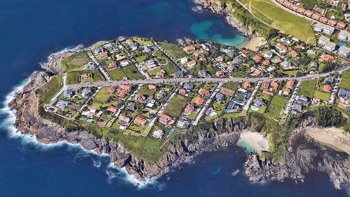 Morro de Canide donde se ubica la urbanización de chalés en Oleiros. |   // L.O.
