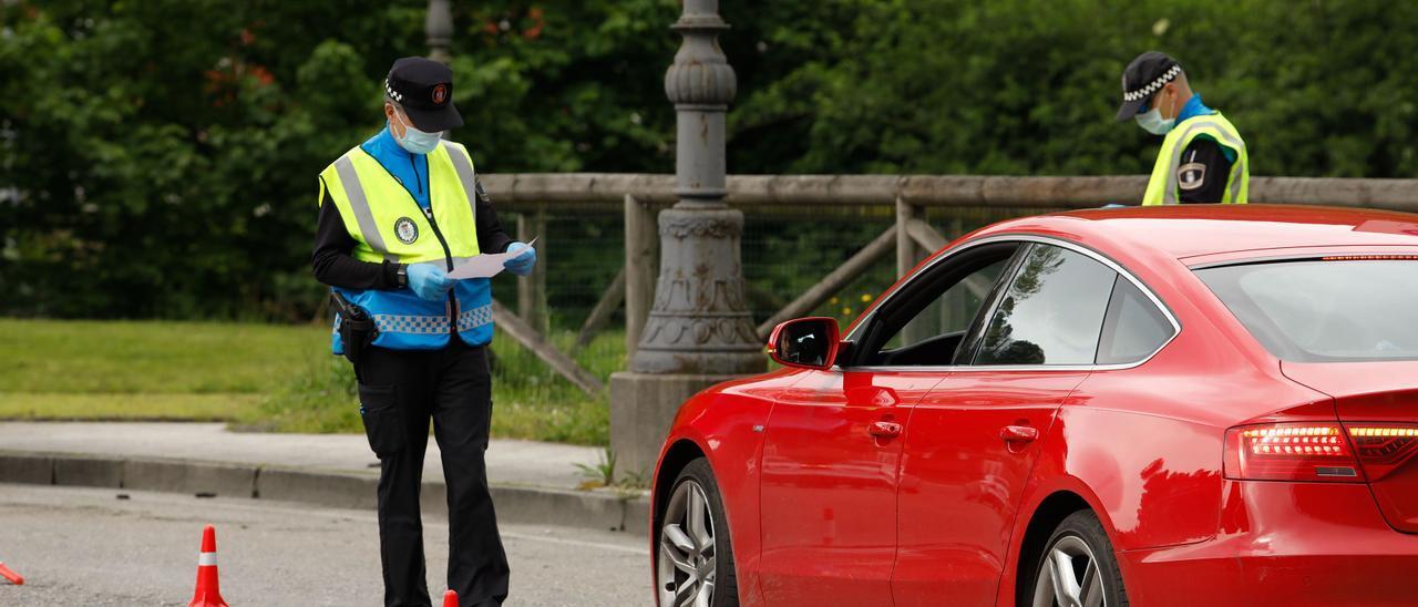 Un control de tráfico en Langreo, en una foto de archivo.