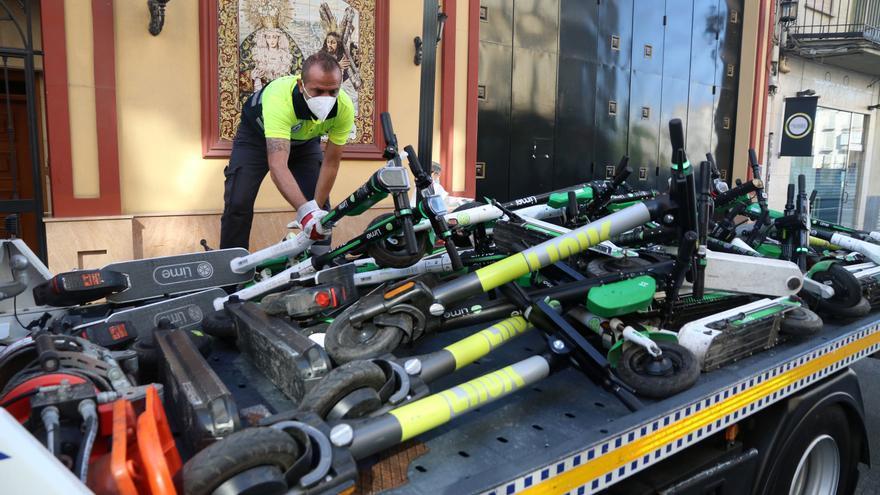 Retiran los patinetes eléctricos mal estacionados en las calles de Málaga